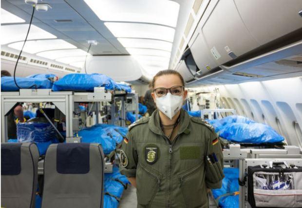 Phi hành đoàn túc trực trên máy bay.