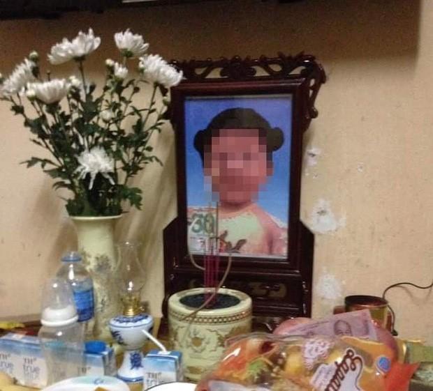 Bé gái 3 tuổi tử vong thương tâm nghi do mẹ, bố dượng bạo hành ở Hà Nội