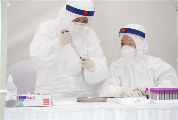 Lấy mẫu xét nghiệm nhanh SARS-CoV-2. Ảnh: TTXVN