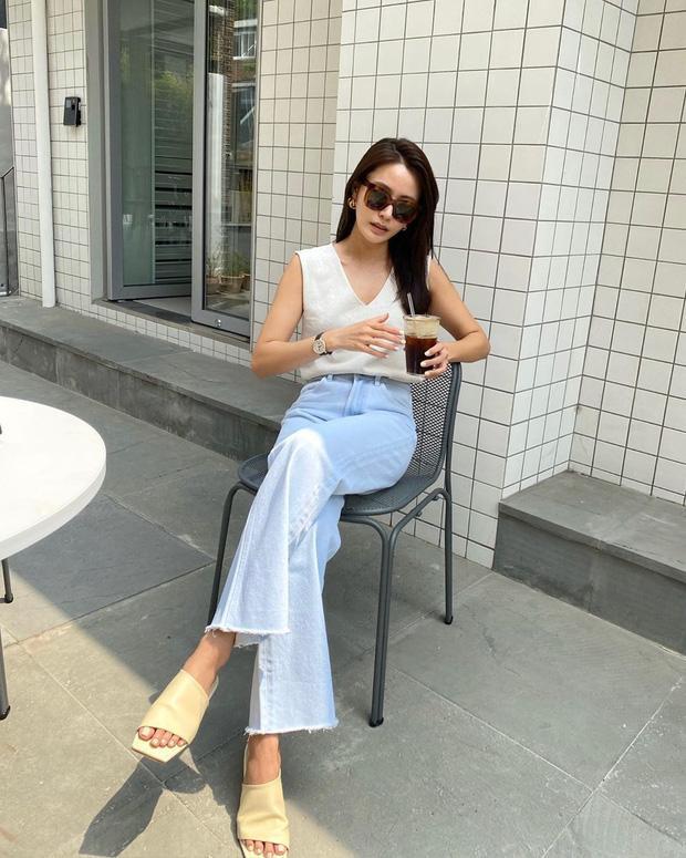 Cô nàng sang chảnh chắc hẳn sẽ rất thích kiểu áo hai dây, cổ V mix cùng quần ống loe màu trắng.