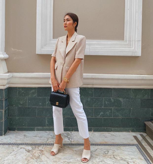 Tăng Thanh Hà mang đến hình ảnh tinh tế, thanh lịch với áo blazer dáng dài đi cùng quần ống đứng tông trắng mix cùng túi Chanel sang trọng.