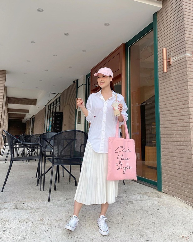 Á sơ-mi trắng, chân váy xoè đi cùng túi canvas của Sam là lựa chọn không thể hợp hơn cho mùa hè sôi động.
