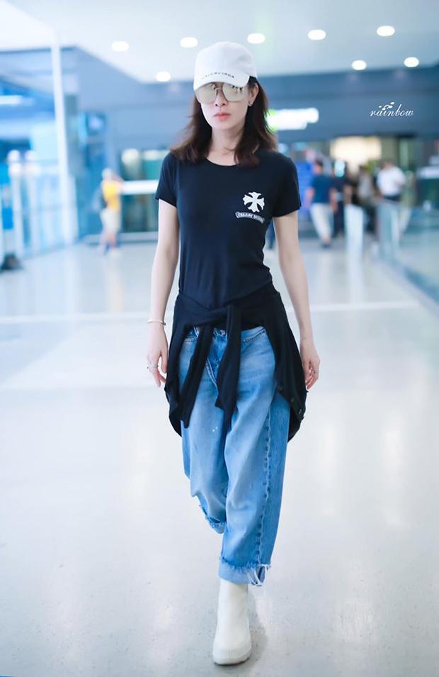 Xa Thi Mạn đã 44 tuổi nhưng sắc vóc và thần thái vẫn trẻ trung, cô thường chuộng các trang phục thoải mái khi ra sân bay với mũ kết, áo thun và các dáng quần jeans