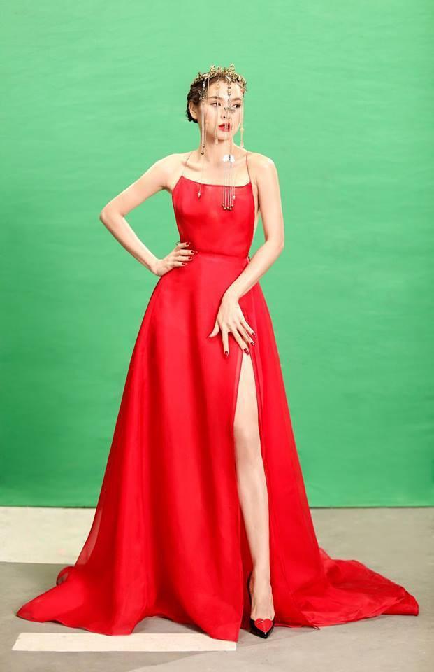 """Nhân vật cuối cùng mà Bích Phương """"đụng độ"""" là ca sĩ Phương Trinh Jolie. Nổi tiếng với phong cách thời trang gợi cảm, chiếc váy hai dây hở lưng táo bạo này cũng """"đốn gục"""" cô nàng."""