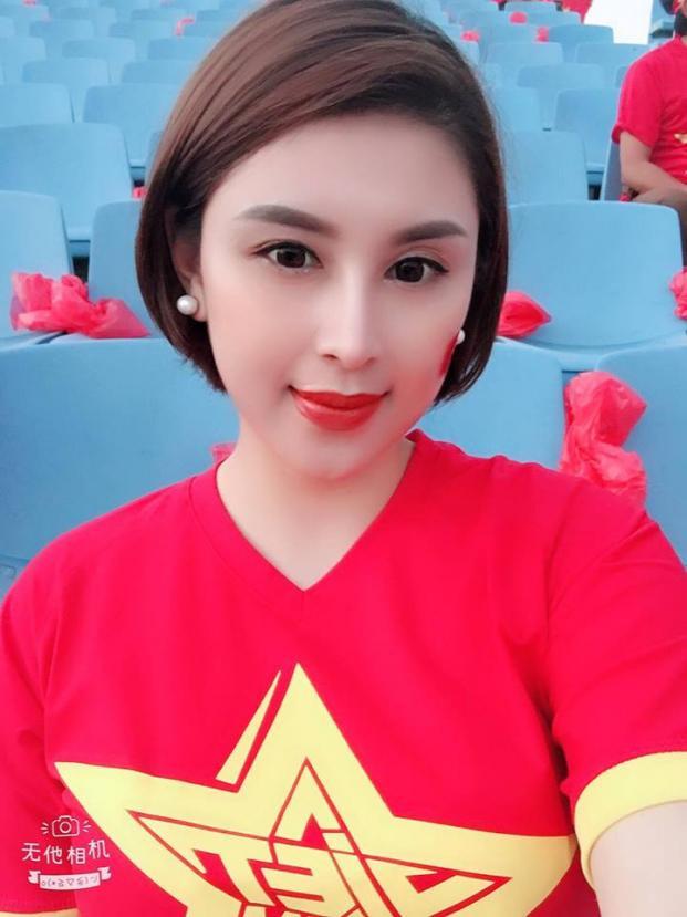 Ngọc Trần xinh xắn đi cổ vũ cho đội tuyển Việt Nam