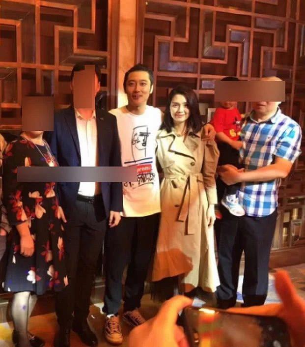 Trương Đan Phong khoác tay thân mật lên bà xã Hồng Hân