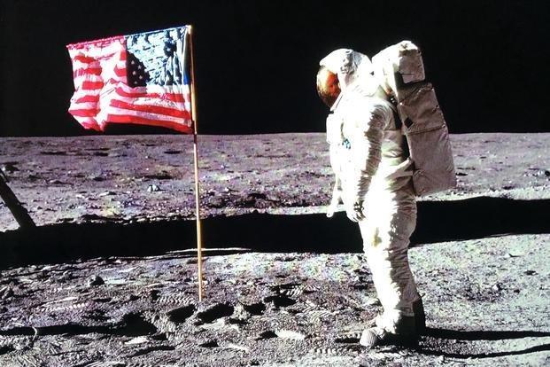Ngoài lá cờ, các phi hành gia còn để lại rất nhiều thứ trên mặt trăng.
