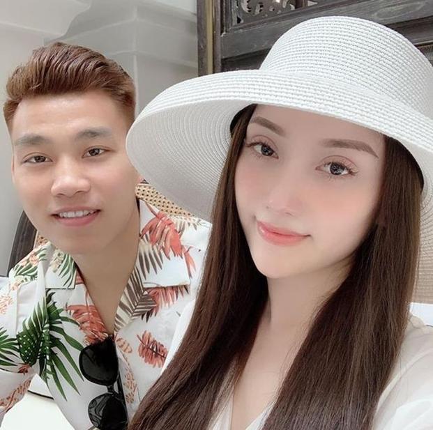 Còn nhớ, trong khoảng thời gian Văn Thanh đang điều trị chấn thương ở Hàn Quốc. Hậu vệ này đã cùng bạn gái Bảo Trân nghỉ dưỡng ở 1 khách sạn 5 sao tại Phú Quốc.