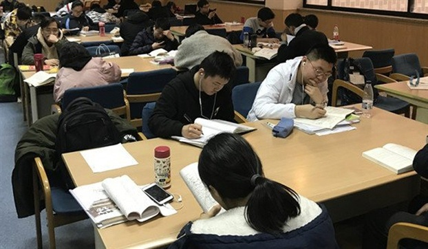 Trẻ em Trung Quốc vẫn phải đến trung tâm ôn thi trong kì nghỉ Tết. Ảnh: SCMP/Getty Images