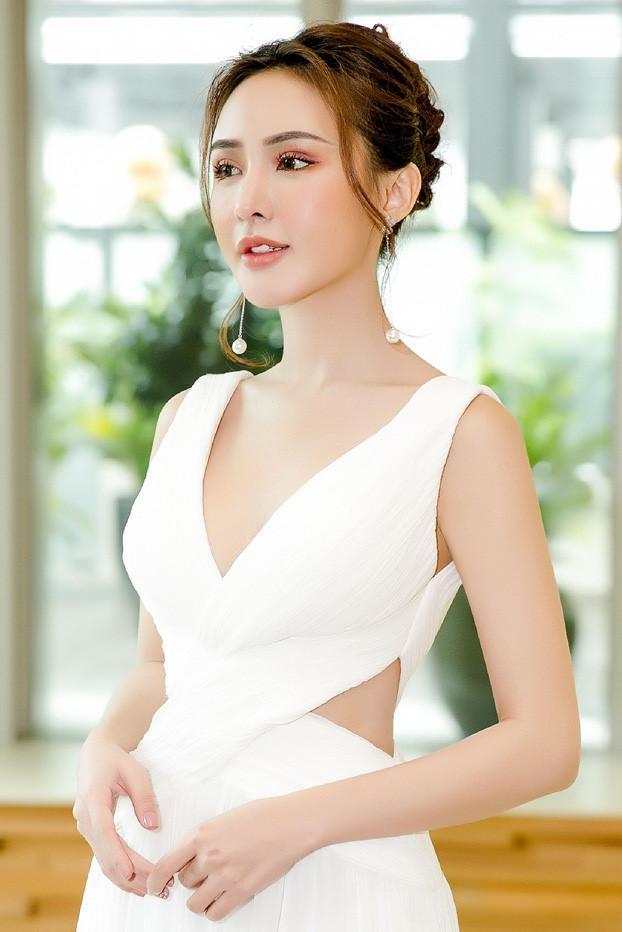 Kelly Nguyễn từng lên tiếng thừa nhận về việc độn cằm với di chứng bị hoại tử.
