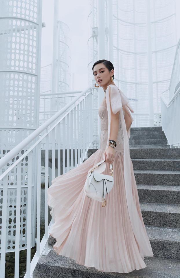 Chiếc túi Dior Saddle tông màu trắng đắt giá cũng góp phần điểm tô vẻ thời thượng cho nàng.