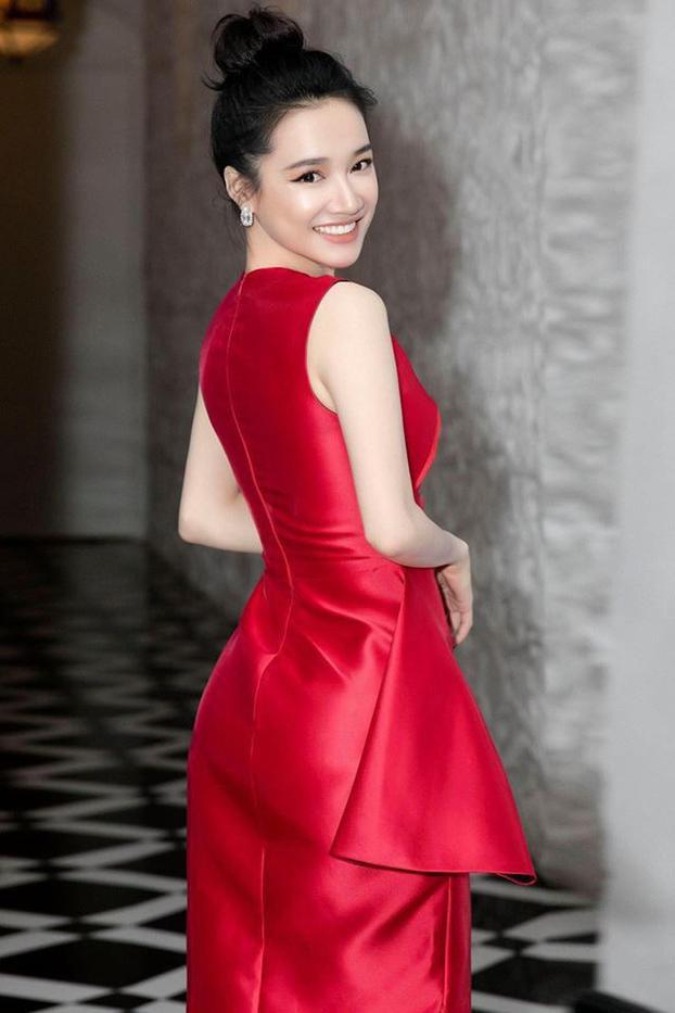 Nóng mắt với pha đụng hàng váy áo lịch sử đẹp bất phân thắng bại của dàn mỹ nhân Việt ảnh 11