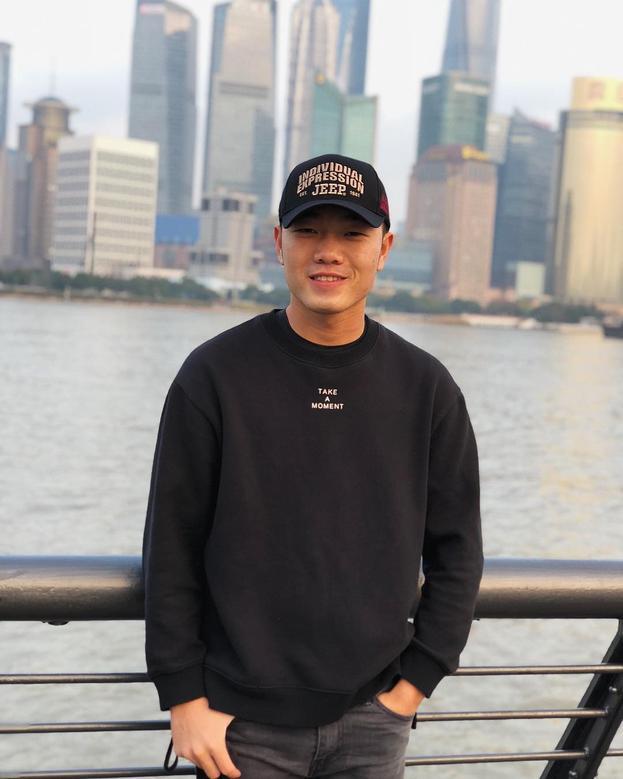 Với khoảng thời gian 2 năm sống và làm việc tại Hàn Quốc, Xuân Trường đã có nhiều sự thay đổi từ lối chơi hay phong cách ăn mặc khiến anh chàng ít nhiều cũng bị ảnh hưởng. Xuân Trường cực kì thích mặc các dạng áo hoodie đơn giản và phối chúng với các phụ kiện như mũ, giày thể thao.
