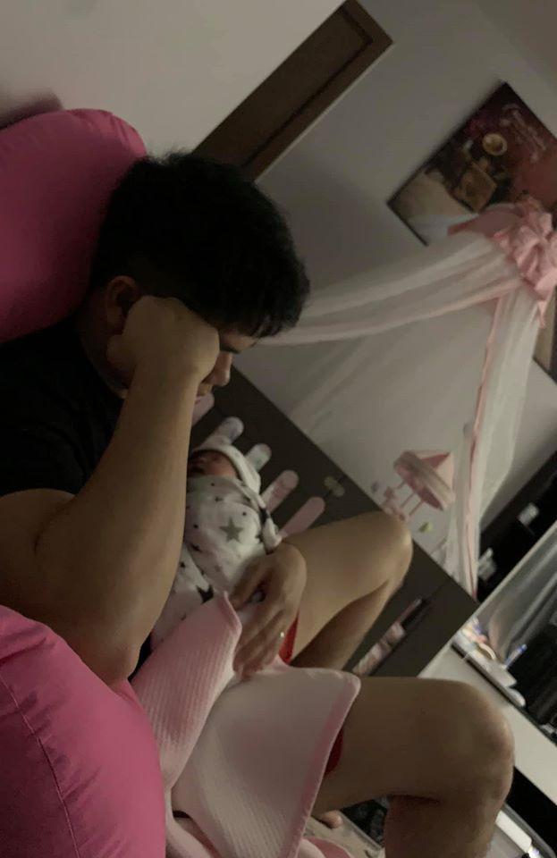 Sau khoảnh khắc cho con bú bình và chơi với con thì khoảnh khắc Trung Kiên vừa ôm con vừa ngủ gục cũng nhận được cơn bão like của cư dân mạng
