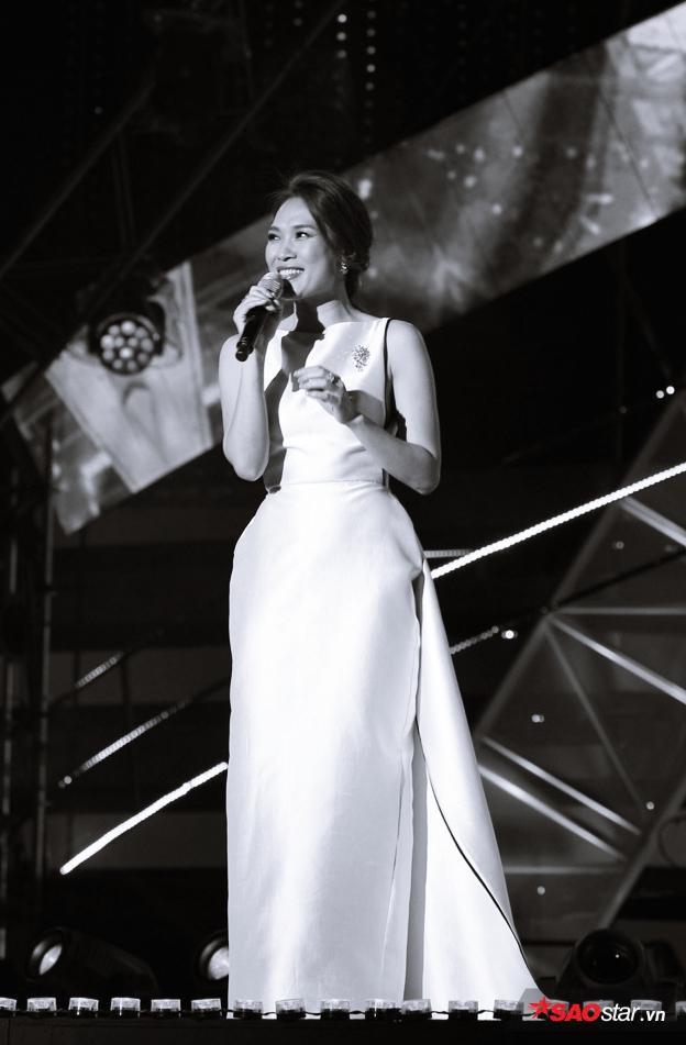 Mỹ Tâm xinh đẹp rạng rỡ trên sân khấu với quy mô hàng nghìn khán giả tại Hàn Quốc.