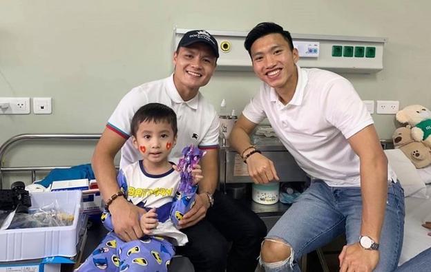 Trong khi đó, tranh thủ ngày nghỉ, Quang Hải và Văn Hậu đã tranh thủ đi làm một công việc vô cùng ý nghĩa. Hai ngôi sao tuyển Việt Nam đã đến thămem bé 5 tuổi bị ung thư não.