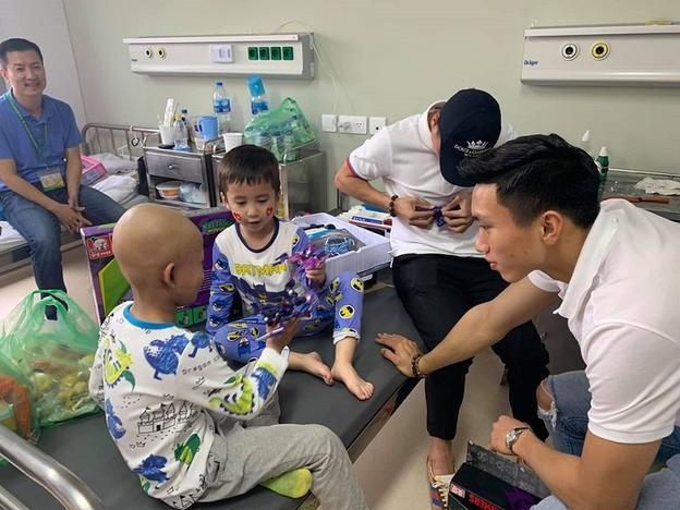 Tôm là fan hâm mộ của Hải và Hậu. Nghe tin Tôm phải xạ trị, Quang Hải và Văn Hậu đã ngay lập tức chủ động xin phép gia đình Tôm, đến thăm và tặng đồ chơi cho cậu bé.