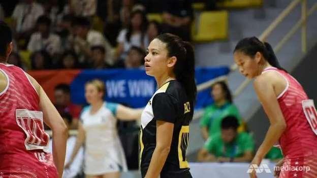 Cô vẫn rất bình tĩnh và lạc quan dù đội nhà thua trận trước Thái Lan và Singapore.