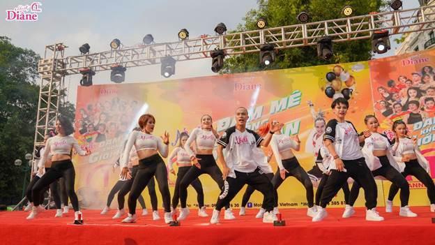 """Với tên gọi """"Đam mê không giới hạn"""", đây là lần thứ 5 sự kiện nhảy zumba tập thể được Moist Diane - dầu gội tinh chất của Nhật Bản, tổ chức tại Hà Nội. Hoạt động này cũng là bữa tiệc sinh nhật một tuổi của thương hiệu Moist Diane, từ khi được Nam Thành Group nhập khẩu và phân phối tại Việt Nam."""