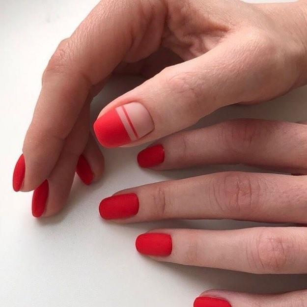 Màu đỏ matte mang đến phong cách sang trọng, mới lạ nhưng vẫn nhẹ nhàng, nổi bật nhưng không lố lăng.