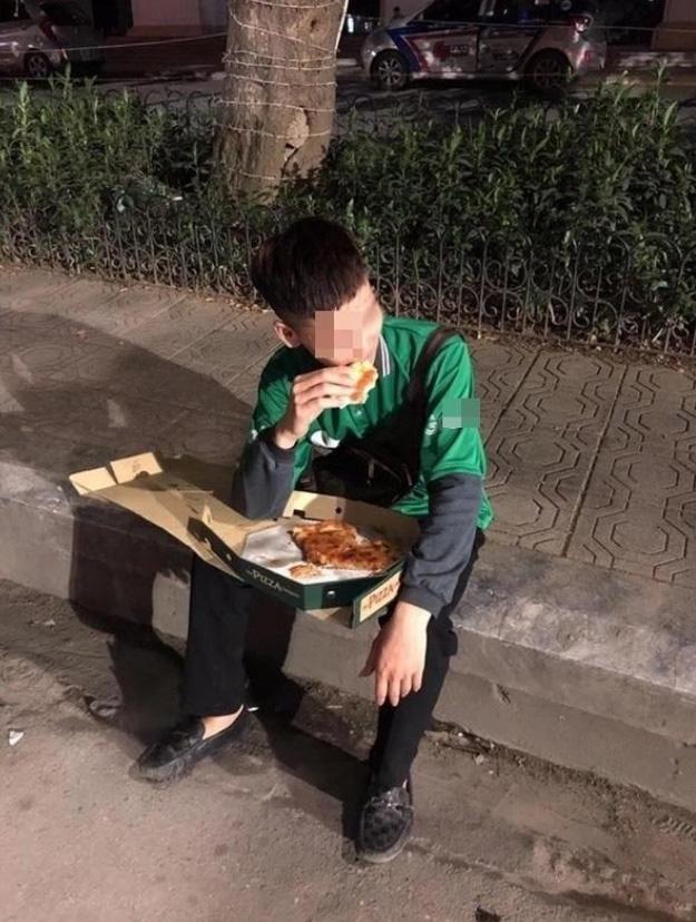 """Hình ảnh nam shipper bị """"bom"""" hàng lặng lẽ ngồi ăn miếng bánh pizza khiến cộng đồng mạng """"cay khóe mắt"""""""