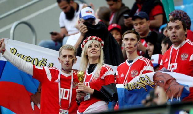Sau khi giành chiến thắng, giá của chiếc áo thun của đội tuyển Nga được đẩy mạnh gấp đôi.