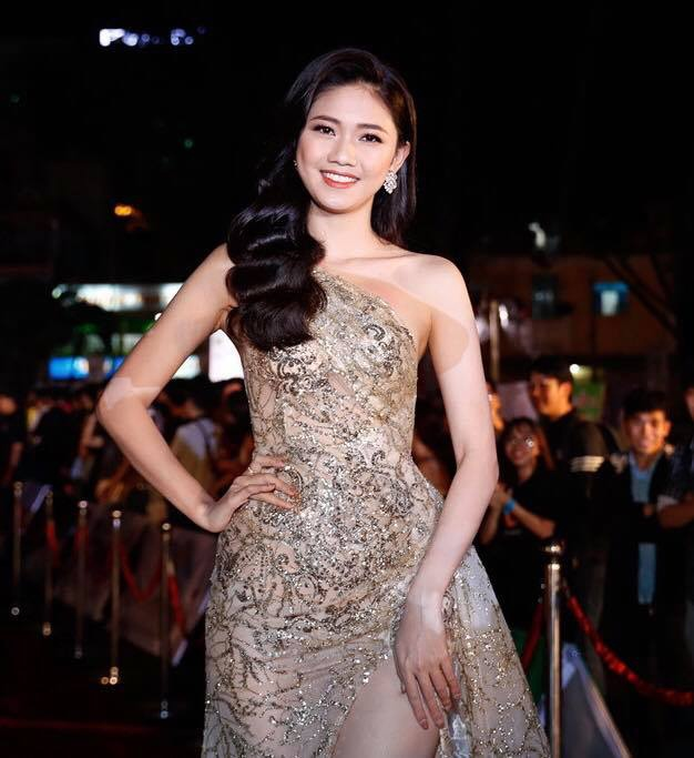 Á hậu Thanh Tú được cho là quả bom gợi cảm trên sóng truyền hình tối qua vì chiếc váy xẻ cao ngút ngàn.