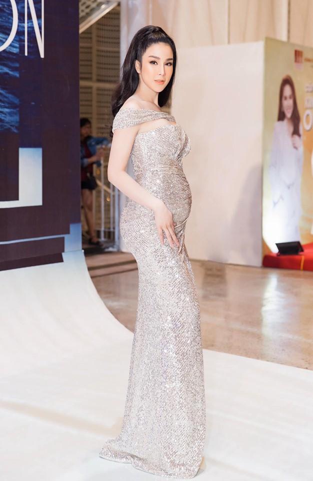 Diệp Lâm Anh để lộ bụng bầu khi tham gia show thời trang.Trong thai kỳ lần hai, Diệp Lâm Anh vẫn giữ được sự rạng rỡ của mình.