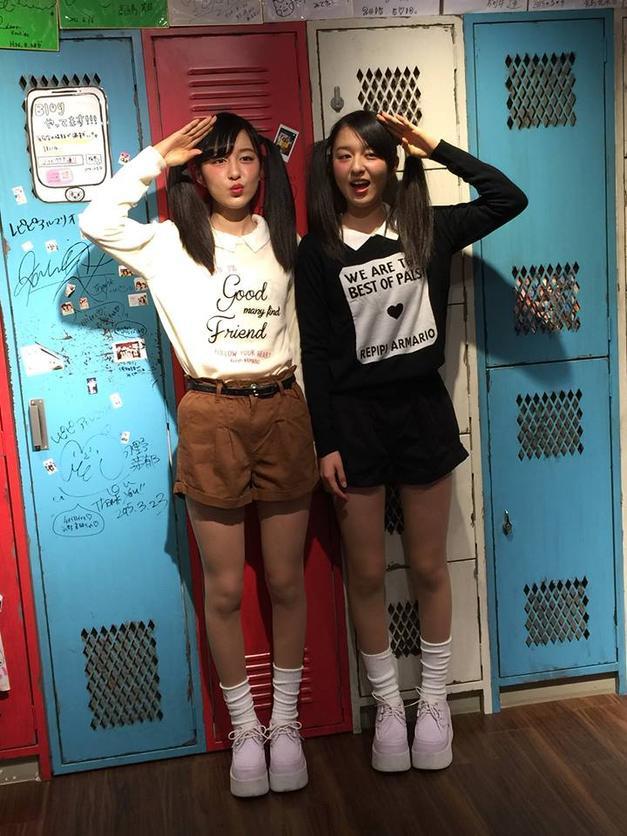 """Tất cao cổ - món """"đặc sản"""" của thời trang Nhật Bản cũng là công thức """"ruột"""" của 2 cô nàng xinh xắn này"""