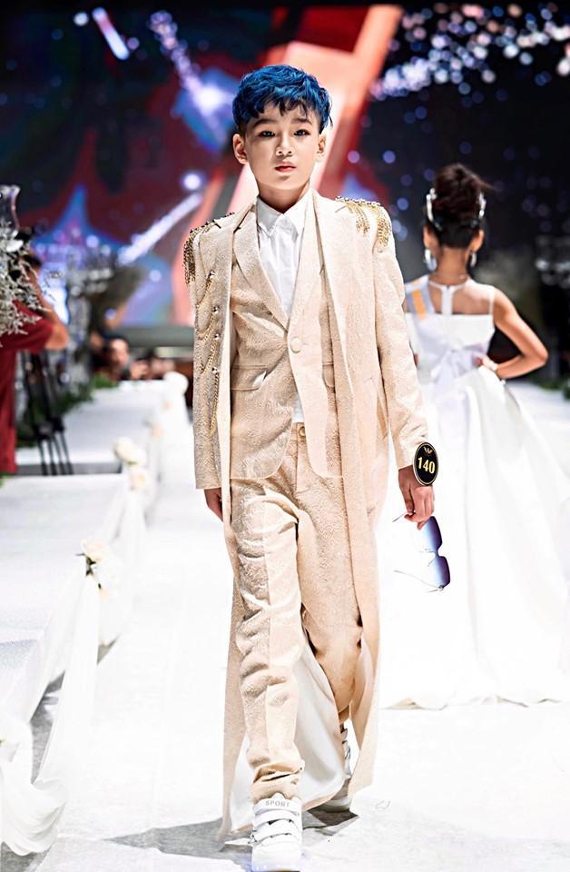 Bên cạnh các thiết kế nữ, BST cũng giới thiệu những mẫu dành cho các bé nam, tạo nên hình ảnh những hoàng tử đáng yêu.