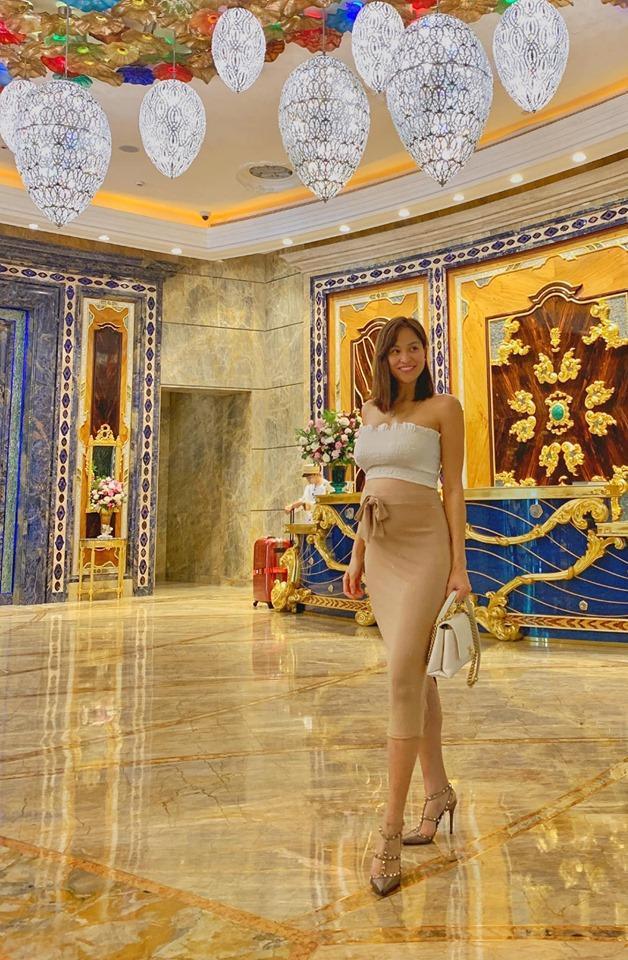Sau khi bị mọi người nhắc nhở không nên mang giày cao gót khi mang thai thì Phương Mai cho biết cô chỉ thỉnh thoảng mang giày cao để chụp ảnh cho đẹp thôi.