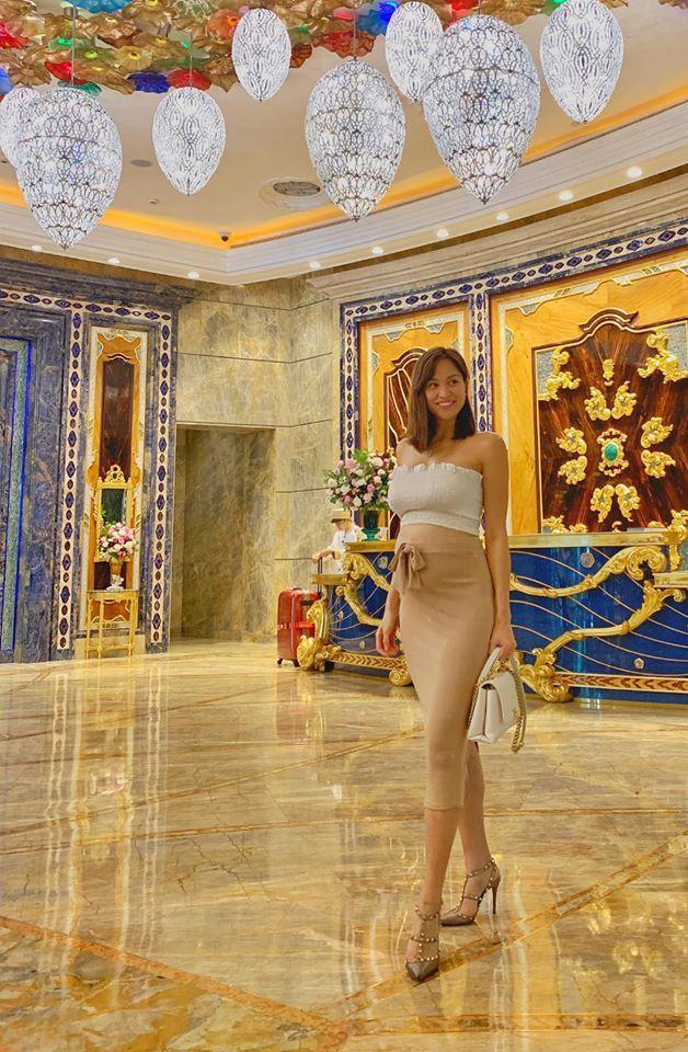 Trước đó Phương Mai từng bị góp ý vì mang giày cao gót khi đang có thai sẽ rất nguy hiểm, nhưng sau đó cô nàng đã giải thích rằng cô chỉ thỉnh thoảng mang giày cao để chụp hình cho đẹp.