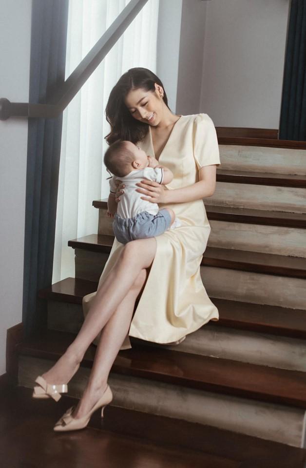 Nàng Á hậu cho biết, khi đến thời điểm phù hợp cô sẽ công khai cho mọi người gương mặt của con trai mình.