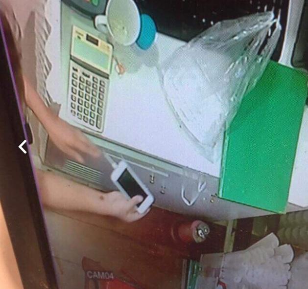 Toàn bộ hành vi xấu xí này đã được camera an ninh của cửa hàng ghi lại.