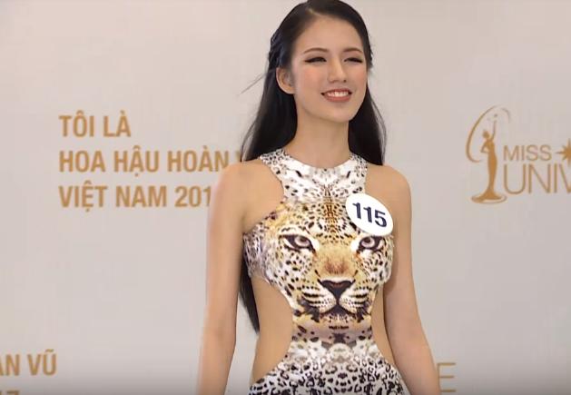 """Thế nhưng khi bước vào đường đua Hoa hậu Hoàn vũ Việt Nam, Tuyết Trang đã từng bước thay đổi gout ăn mặc, có sự đầu tư chỉn chu cho """"phần nhìn"""" của bản thân. Đơn cử như việc chọn bộ bikini họa tiết động vật có phần nổi bật trong vòng sơ khảo, đã gây ấn tượng với toàn thể BGK."""