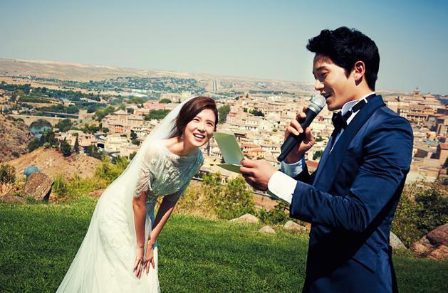 Ảnh cưới ngọt ngào của cặp vợ chồng Ji Sung - Lee Bo Young.