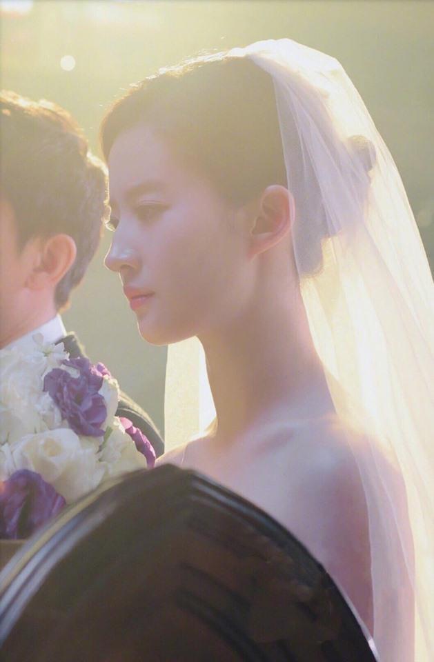 Không ít người hâm mộ mong chờ Lưu Diệc Phi sớm trở thành cô dâu ngoài đời thực.