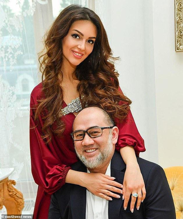 Bất chấp lời khẳng định của vợ cũ, Cựu vương Malaysia quyết không nhận con.