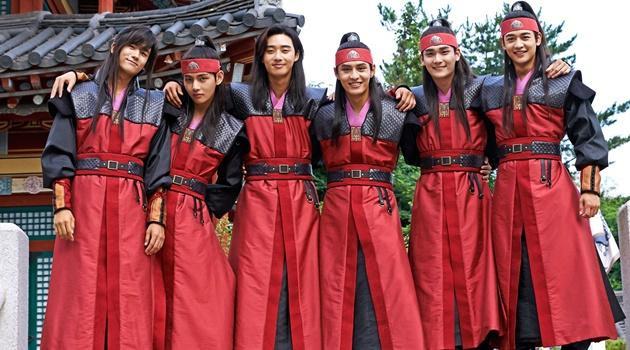 Park Hyung Sik, V (BTS), Park Seo Joon, Do Ji Han, Joo Yoon Woo và Choi Min Ho (Shinee).