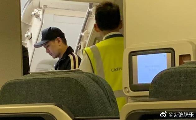 Mặc dù thái độ của Lâm Chí Dĩnh khá tốt, tuy nhiên việc anh loay hoay với hành lý của mình đã khiến máy bay cất cánh trễ 30 phút.
