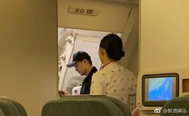Điều này khiến những hành khách cùng chuyến bay tỏ ra bất bình và phẫn nộ. Nhiều người lên án nam diễn viên ích kỷ, cư xử ngôi sao, cho rằng anh được hưởng đặc quyền vì là người nổi tiếng.