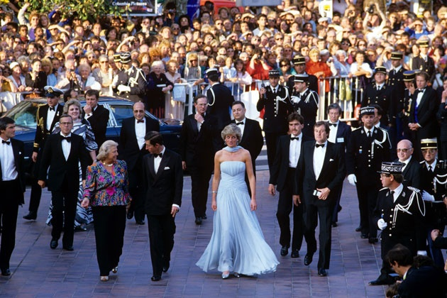 Khoảnh khắc Công nương Diana xuất hiện như một nữ thần tại Cannes với mẫu đầm thướt tha này vẫn là một trong những khoảnh khắc thời trang đẹp và đáng nhớ nhất trong lòng người hâm mộ.