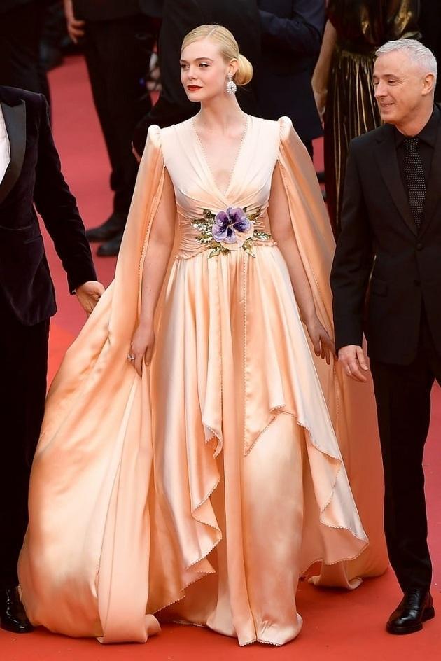 Ngày đầu tiên tại thảm đỏ LHP Cannes, thần tiên tỷ tỷ của Hollywood đã tỏa sáng trong bộ váy vạt cánh dơi của nhà mốt Gucci