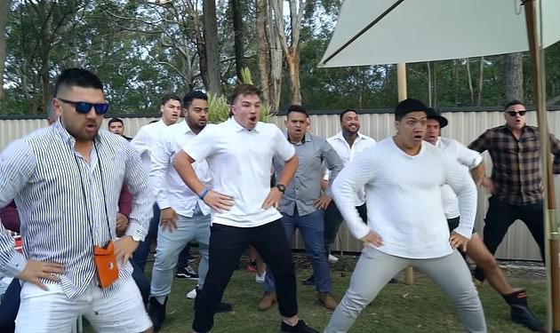 Màn biểu diễn điệu nhảy truyền thống haka của nhóm thanh niên khiến nhiều người xúc động.