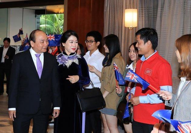 Tone màu tím được điểm xuyết khéo léo trên trang phục của vợ chồng Thủ tướng