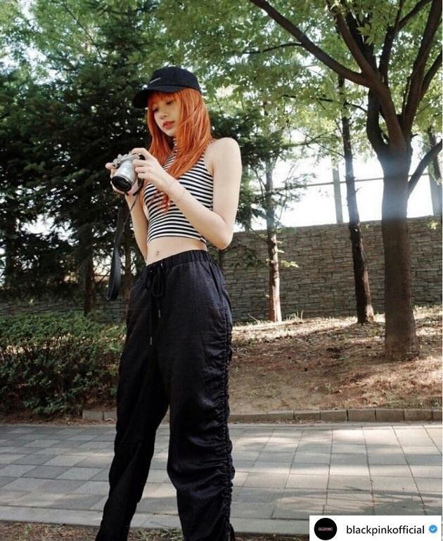 Không chỉ trên sân khấu mà ngoài đời thường Lisa cũng rất chăm diện áo croptop và mỗi lần xuất hiện với áo croptop Lisa đều khiến mọi người phải trầm trồ trước cách phối đồ như trong set đồ đen sporty chic thế này
