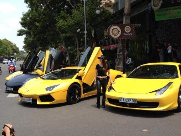Phương Thuý bên dàn siêu xe đậu trước quán cafe của mình.