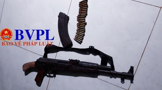 Khẩusúng AK đối tượng Tùng dùng để bắn chị H. và sau đó tự bắn mình để tự sát nhưng bất thành. Ảnh: BVPL.