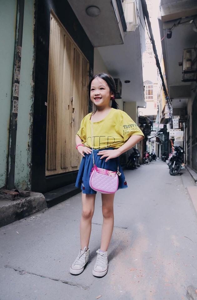 Anh Hữu Anh đã tập cho cô bé những bước đi để có thể trở thành người mẫu thực thụ.