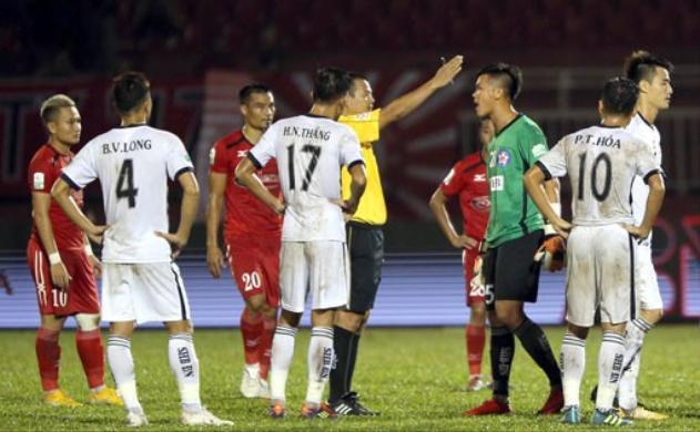 Trận đấu giữa TP.HCM và Đà Nẵng diễn ra trong cảnh phản ứng trọng tài. Ảnh: VPF